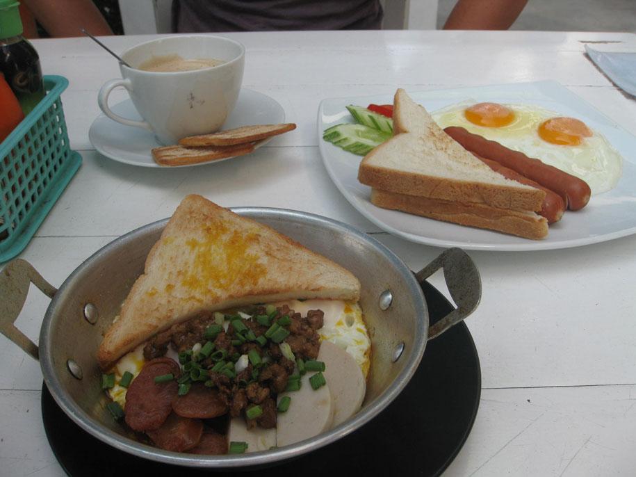Завтрак на пляже Равай, Пхукет