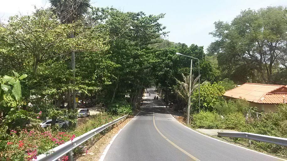 Проезжая дорога возле пляжа Януй, соединяющая пляжи Равай, Януй и Най Харн