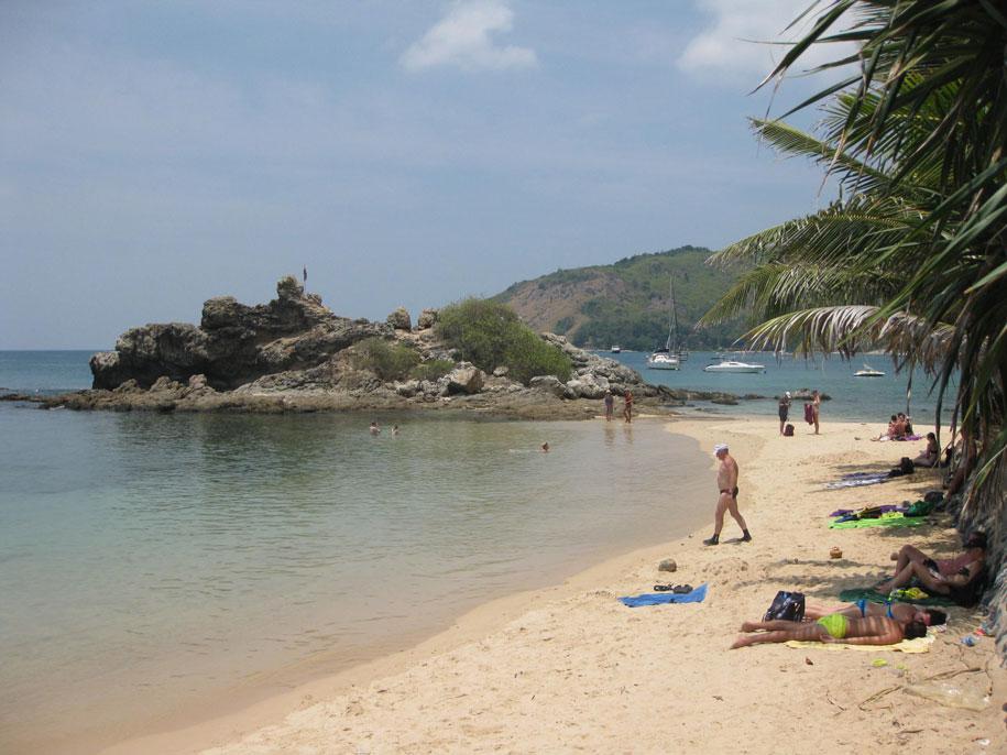 Южная сторона пляжа Януй, каменистая и отлично подходящая для снорклинга