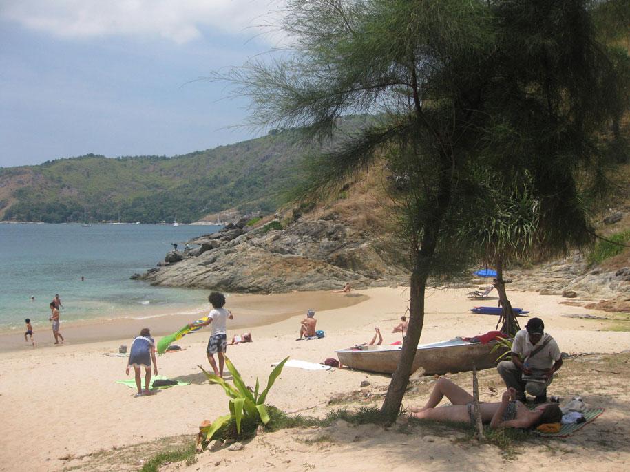 Безмятежный отдых в тени, пляж Януй на Пхукете