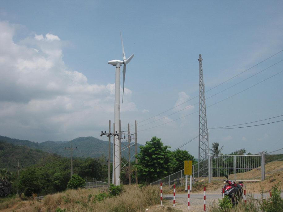 Ветряная мельница или ветряной электрогенератор у смотровой площадки Януй