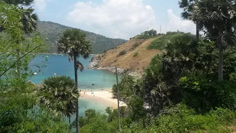 Вдали видим цель - пляж Януй. Шли пешком от пляжа Равай
