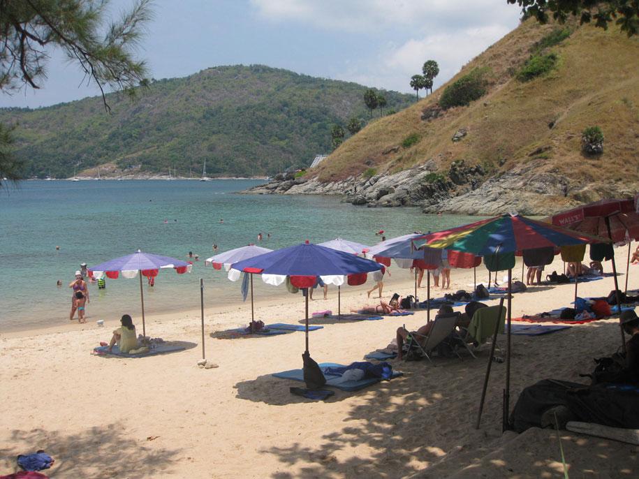 Лежаки и зонты от солнца на пляже Януй