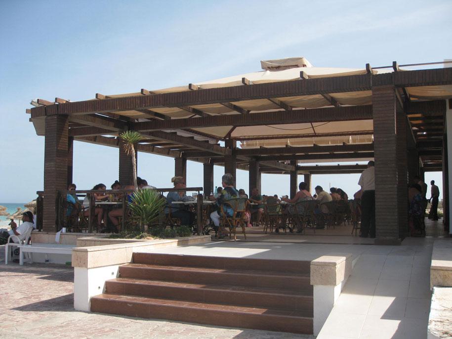 Шведский стол на пляже в отеле Джерба Плаза, Тунис