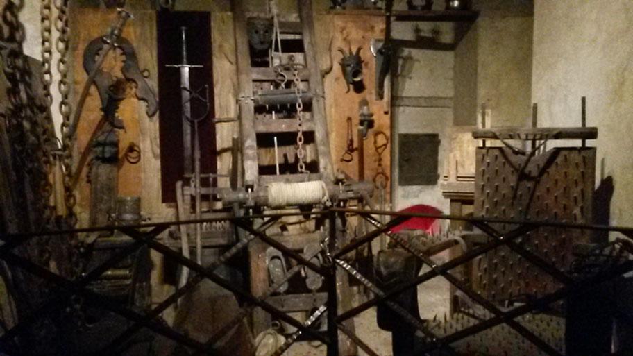 орудия пыток в музее оружия и доспехов на Золотой улочке